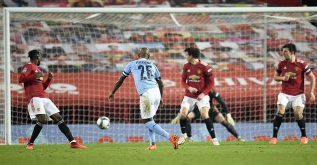 Fernandinho sút bóng vào lưới trong khi cả đội hình của Man Utd đứng nhìn