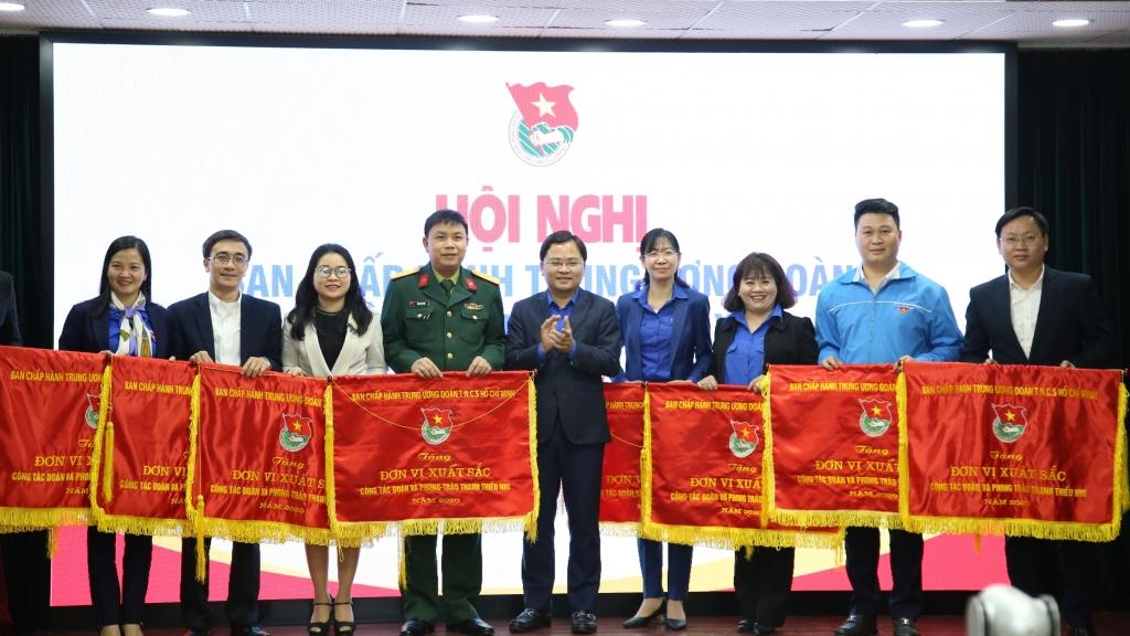 Thành đoàn Hà Nội nhận Cờ thi đua xuất sắc công tác Đoàn và phong trào thanh niên