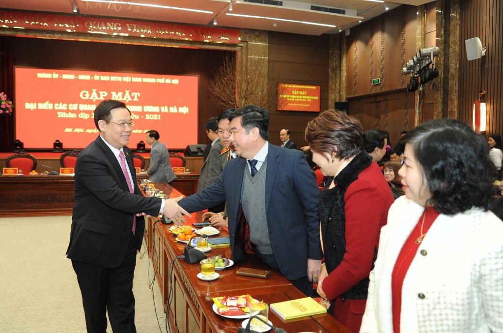 Bí thư Thành ủy Vương Đình Huệ trò chuyện với đại biểu các cơ quan báo chí