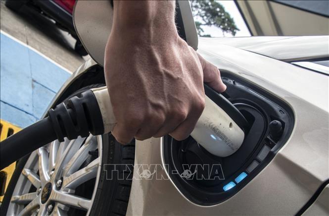 Sạc điện cho ô tô (Ảnh minh họa: AFP/TTXVN)