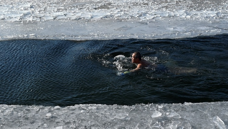 Nhóm cụ ông lặn ngụp dưới dòng sông băng -11 độ C