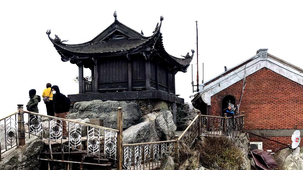 Hàng nghìn du khách đến Tây Yên Tử ngắm băng tuyết