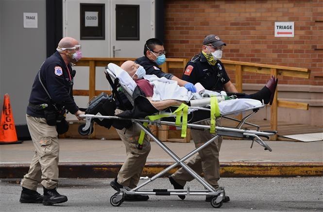 Nhân viên y tế chuyển bệnh nhân nhiễm COVID-19 vào một bệnh viện ở New York, Mỹ ngày 4/1/2021 (Ảnh: AFP/TTXVN)
