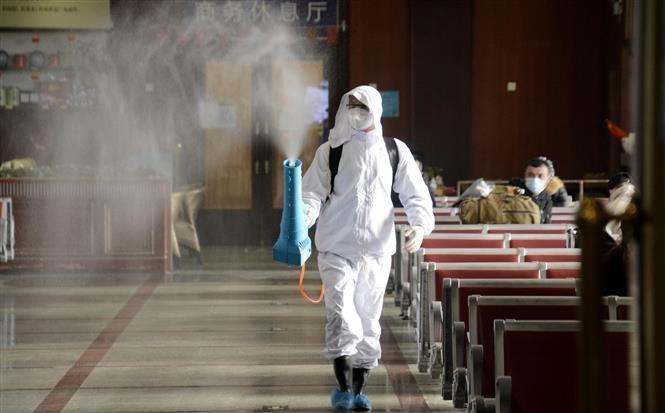 Nhân viên phun khử khuẩn nhà ga đường sắt Bắc Kinh, Trung Quốc nhằm ngăn dịch COVID-19 lây lan, ngày 12/1/2021 (Ảnh: THX/TTXVN)
