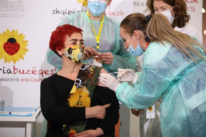 Tiêm chủng vaccine ngừa COVID-19 tại Tirana, Albania, ngày 11/1/2021 (Ảnh: THX/TTXVN)
