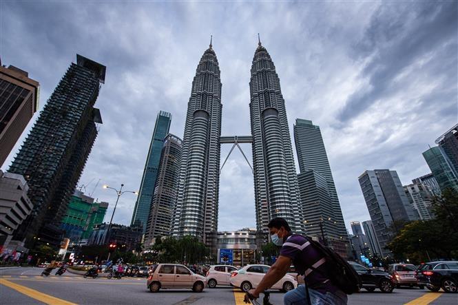 Người dân đeo khẩu trang phòng lây nhiễm COVID-19 tại Kuala Lumpur, Malaysia, ngày 12/1/2021 (Ảnh: THX/TTXVN)