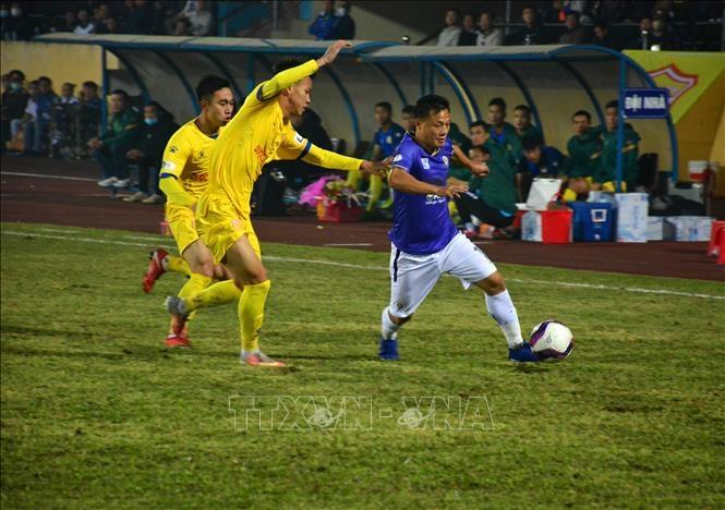 Nam Định (áo vàng) ngăn cản thành công các pha tấn công của Hà Nội