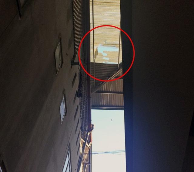Trèo lên mái nhà quay video Tik Tok, nam thanh niên rơi xuống đất tử vong - 2