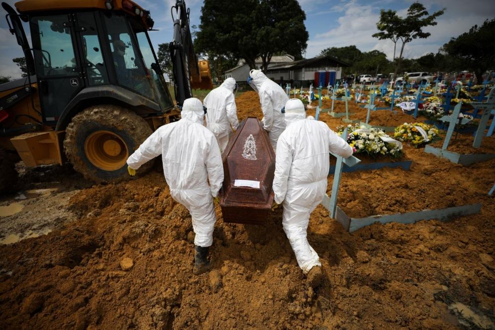Nhân viên nghĩa trang khiêng thi thể nạn nhân tử vong vì COVID-19 ở Manaus, Brazil ngày 15/1 (Ảnh: Getty Images)