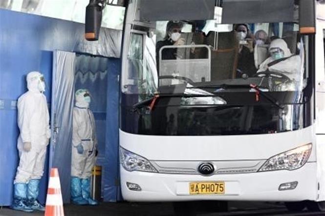 Xe buýt chở các chuyên gia thuộc phái đoàn điều tra của WHO sau khi họ tới Vũ Hán, Trung Quốc, ngày 14/1/2021 (Ảnh: Kyodo/TTXVN)