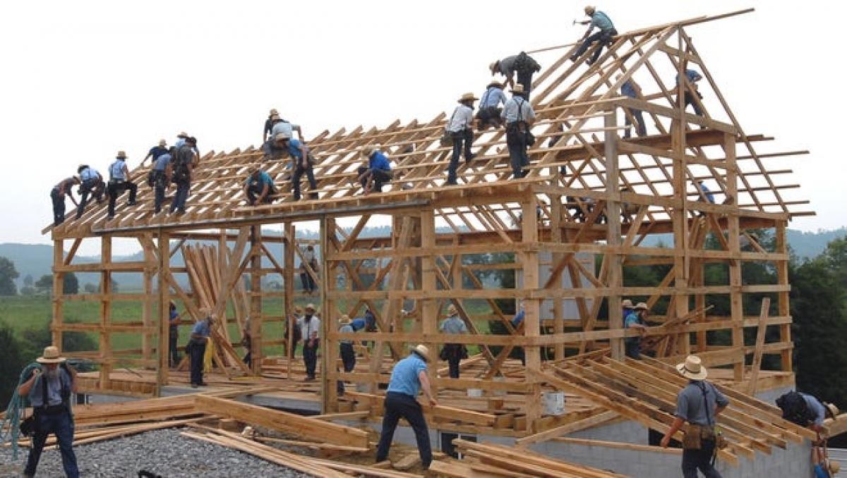 Người Amish thành lập những đội xây dựng để xây nhà ở và các công trình khác cho những người ngoài cộng đồng của mình. Ảnh: AP