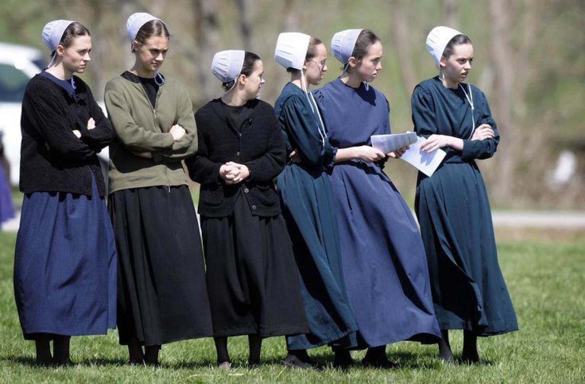 Phụ nữ Amish thường vấn tóc, đội mũ vải, mặc váy dài và tạp dề, không đeo bất cứ loại trang sức nào. Ảnh: Pinterest