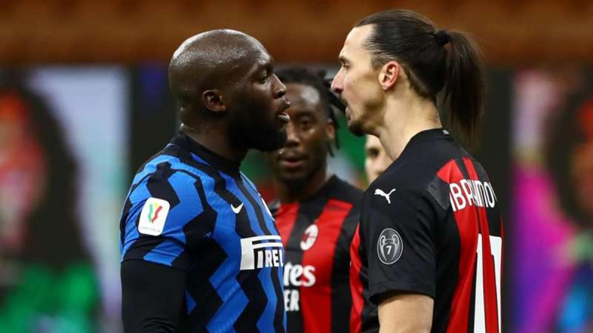 """Khoảnh khắc Ibra và Lukaku va chạm là hình ảnh tiêu biểu cho độ """"máu lửa"""" của trận derby Milan lần thứ 227. (Ảnh: Getty)."""