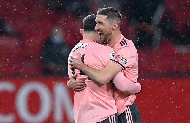 Các cầu thủ Sheffield Utd ăn mừng bàn thắng thứ hai vào lưới Man Utd