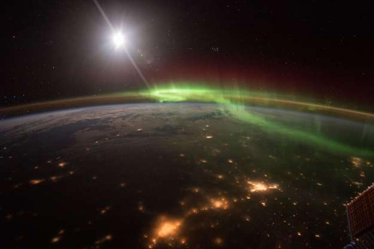 Vũ điệu cực quang: Phi hành gia Scott Kelly đã đăng tải trên Twitter bức ảnh cực quang ấn tượng được chụp từ Trạm Vũ trụ Quốc tế. Bức ảnh đã cho thấy góc nhìn độc đáo ở khoảng cách 400 km so với Trái Đất về một trong những hiện tượng tự nhiên đẹp nhất hành tinh của chúng ta.