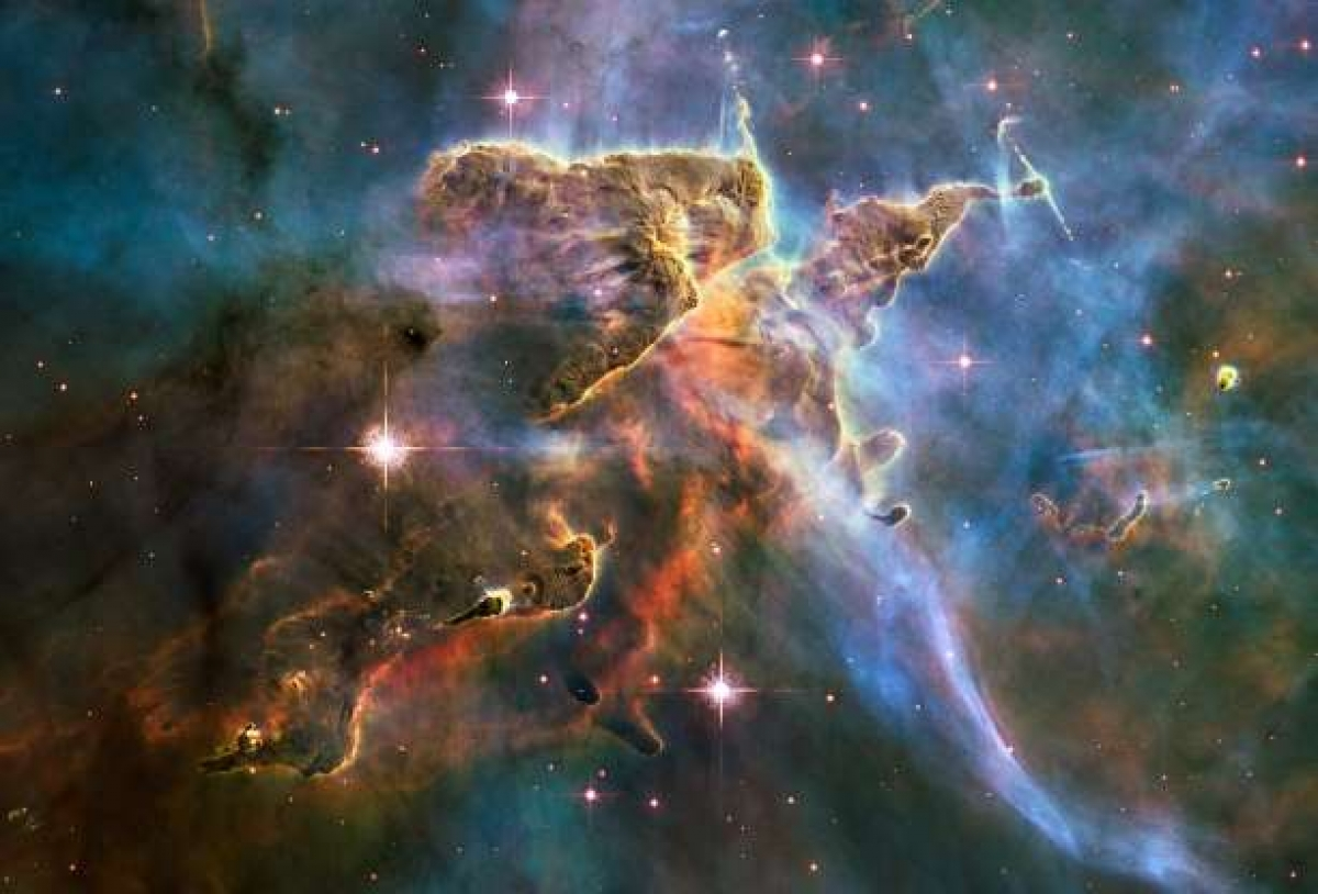 """Được biết tới là """"viên ngọc của bầu trời phương Nam"""", Tinh vân Thuyền Để (Carina Nebula) là một trong những vườn ươm sao """"màu mỡ"""" nhất thiên hà của chúng ta. Hình ảnh này được công bố để kỷ niệm 20 năm Kính Thiên văn Hubble được sử dụng."""