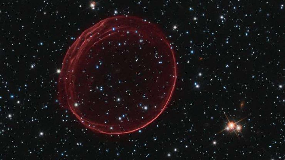 Đôi khi sự đơn giản cũng là một vẻ đẹp, chẳng hạn như Tinh vân Bong bóng. Tinh vân này được hình thành sau một vụ nổ siêu tân tinh cách Trái Đất 160.000 năm ánh sáng ở chòm sao Đám mây Magellan lớn. Vụ nổ siêu tân tinh này sáng tới nỗi chúng ta có thể quan sát từ Bán cầu Nam của Trái Đất cách đây khoảng 400 năm.