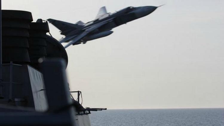 Chiến đấu cơ Su-24 của Nga bay sượt qua tàu khu trục Mỹ tại Biển Đen