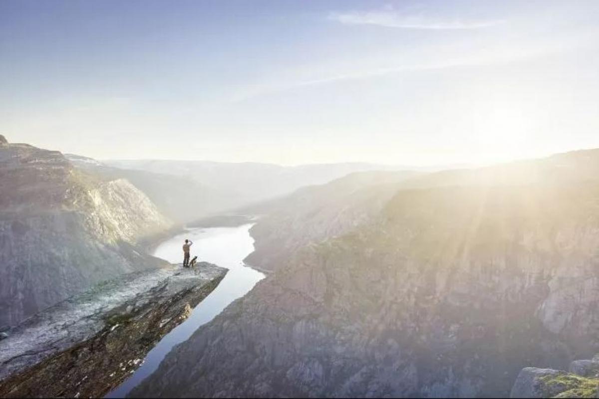 """Na Uy: Friluftsliv trong tiếng Na Uy theo nghĩa đen là """"cuộc sống tràn ngập khí trời"""", tuy nhiên ý nghĩa này đã được mở rộng để đề cập một triết lý sống, đó là biết dừng lại và cảm nhận vẻ đẹp của thiên nhiên. Người dân Na Uy dành rất nhiều thời gian bên cạnh thiên nhiên cả trong cuộc sống vật chất và tinh thần. Điều này có lẽ giải thích tại sao quốc gia này luôn ở thứ hạng cao trong danh sách những nơi hạnh phúc nhất thế giới."""