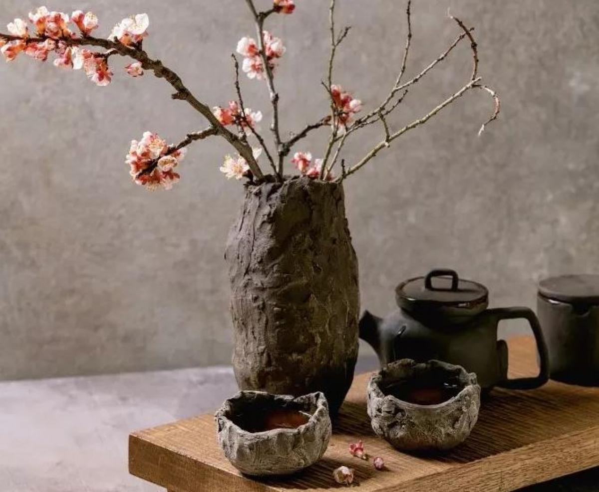 Nhật Bản: Sự không hoàn hảo, vô thường và dở dang là ý nghĩa đằng sau từ wabi-sabi của Nhật Bản. Theo một trong những triết lý sống quan trọng nhất của đất nước mặt trời mọc này, việc chấp nhận sự phù du của cuộc đời và tận hưởng mọi thứ theo trạng thái tự nhiên nhất của nó sẽ đem đến sự hài lòng. Wabi-sabi giúp mọi người biết trân trọng vẻ đẹp của những điều không hoàn hảo, từ một mảnh gốm vỡ, một khuôn mặt với những nếp nhăn hay cánh hoa anh đào đang rơi.