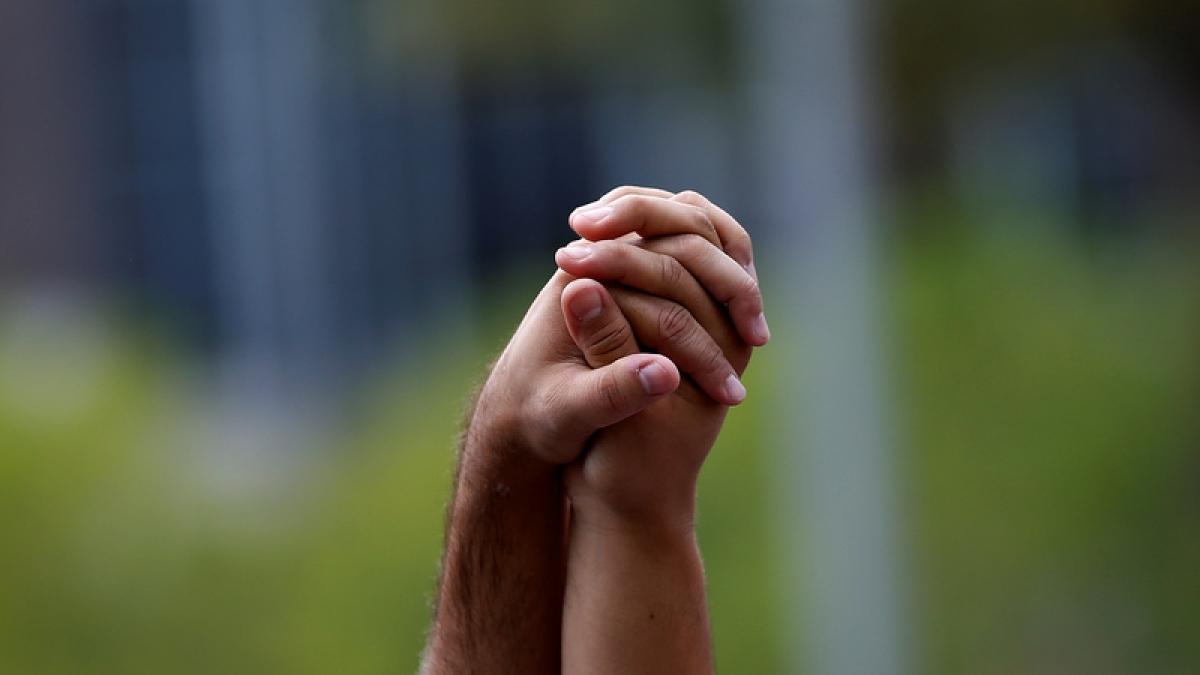 """Nam Phi: Ubuntu là một từ được những người Bantu sử dụng khắp châu Phi với ý nghĩa đề cao tình người và những khía cạnh tích cực của cộng đồng. Trong lễ tưởng niệm cựu Tổng thống Nam Phi Nelson Mandela, Tổng thống Mỹ Barack Obama đã gọi ubuntu là món quà lớn nhất của ông, """"đó là sự hòa hợp với con người, điều mà chúng ta nhận được bằng cách quan tâm đến mọi người xung quanh""""./."""