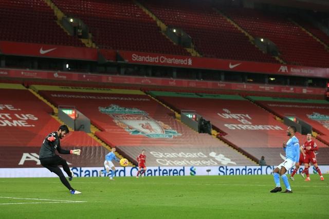 Liverpool 1-4 Man City: Ba phút thảm họa của thủ thành Alisson - 4