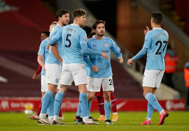Liverpool 1-4 Man City: Ba phút thảm họa của thủ thành Alisson - 1