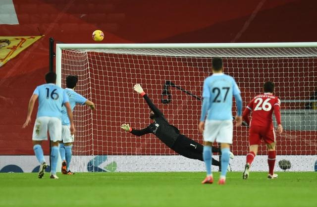 Liverpool 1-4 Man City: Ba phút thảm họa của thủ thành Alisson - 3