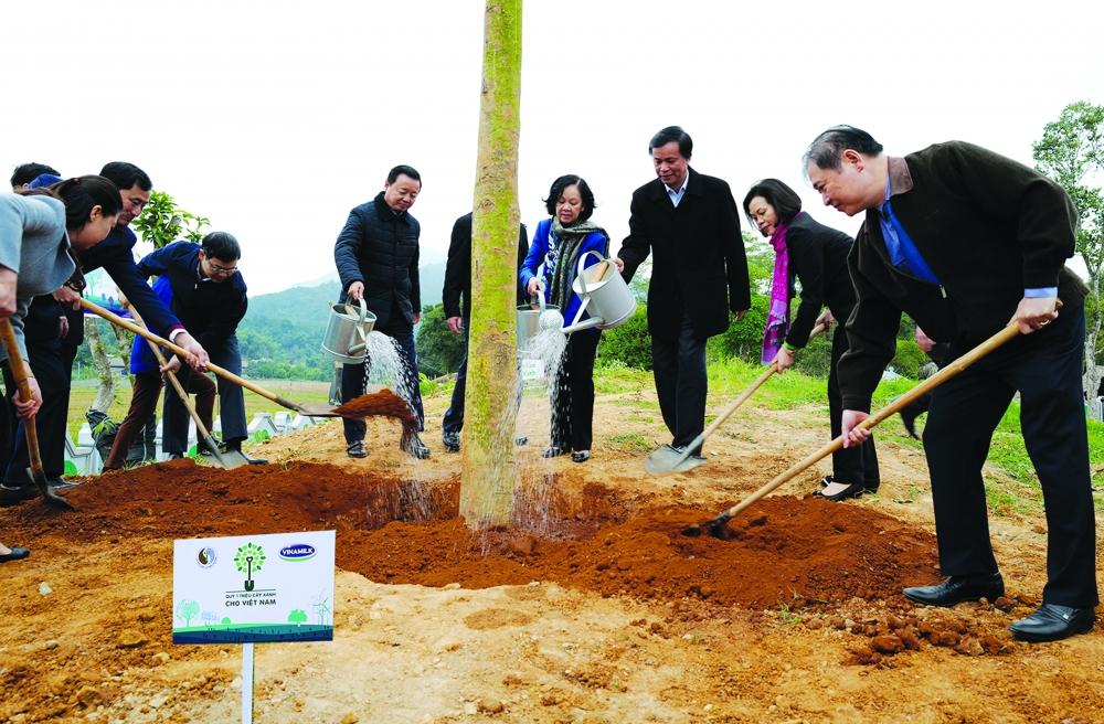 Các đại biểu tham gia chương trình trồng 1 triệu cây xanh