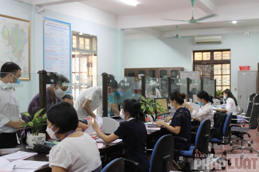 """Người dân làm thủ tục tại bộ phận """"Một cửa"""", tiếp nhận, chuyển trả kết quả giải quyết TTHC qua dịch vụ bưu chính công ích, thuộc Trung tâm Hành chính công huyện Việt Yên, Bắc Giang"""