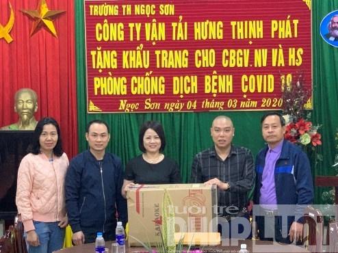 bac giang cong ty van tai hung thinh phat tang 5000 khau trang 60 chai sat khuan cho truong hoc