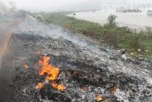 Lửa khói nghi ngút, đoạn đê trọng yếu sông Cầu đang bị tàn phá nghiêm trọng
