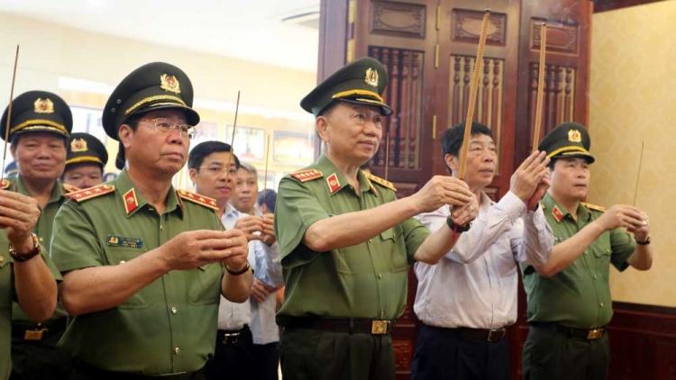 Đại tướng Tô Lâm dâng hương tại Khu lưu niệm Sáu điều Bác Hồ dạy Công an nhân dân