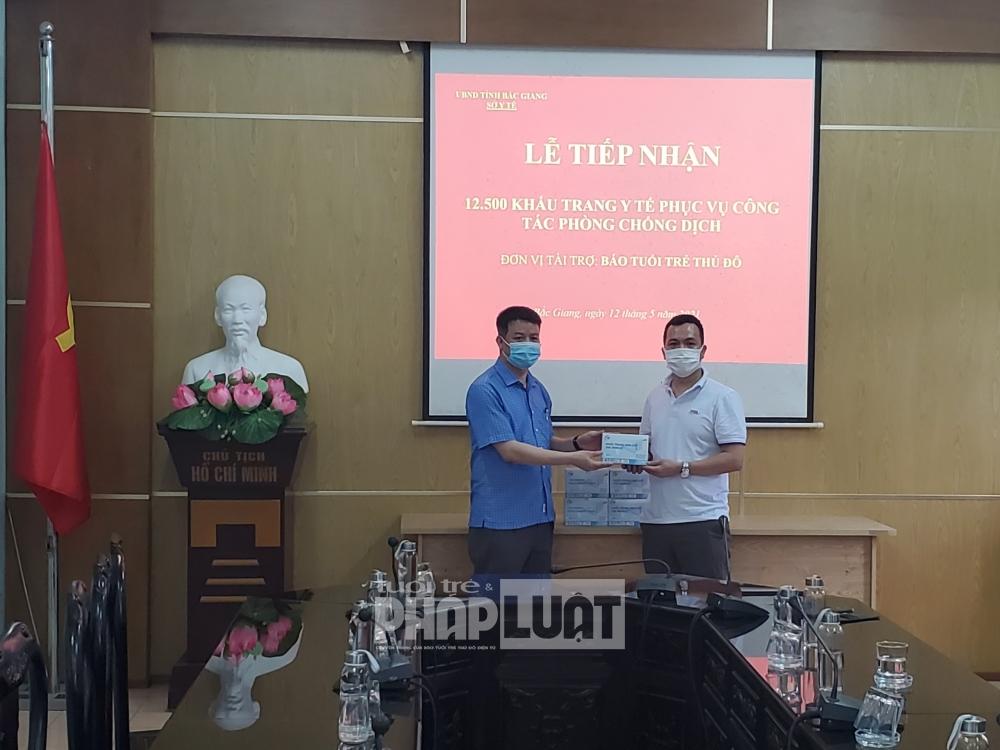 Báo Tuổi trẻ Thủ đô trao tặng 25.000 khẩu trang y tế cho tỉnh Bắc Giang phòng chống dịch Covid-19