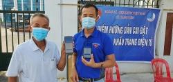 Tuổi trẻ Bắc Giang xung kích hỗ trợ người dân cài đặt Bluezone