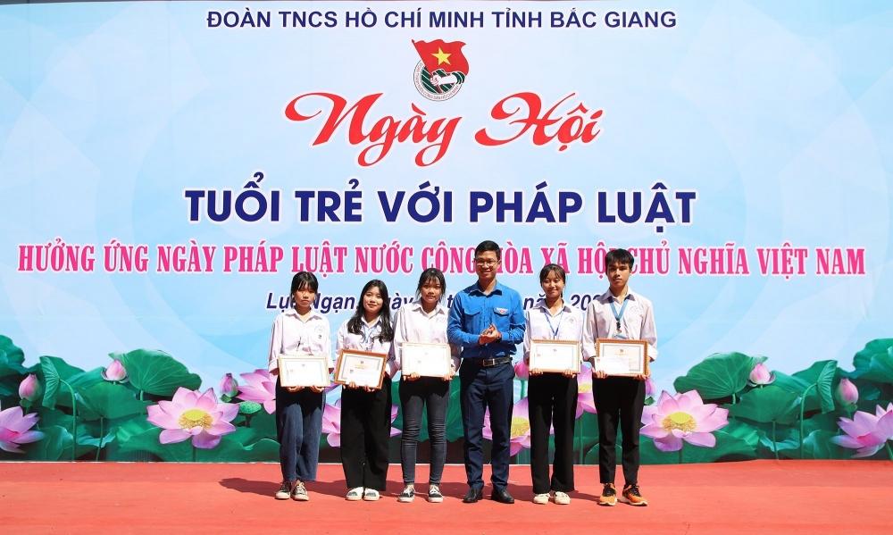 Học sinh Bắc Giang 'rung chuông vàng' tìm hiểu pháp luật Việt Nam