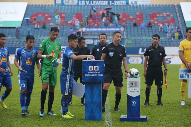 Trọng tài biên trận Quảng Nam - Nam Định bị đình chỉ hết mùa giải