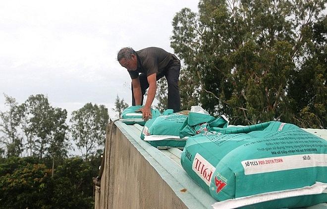 Hàng chục bao tải các được người dân đưa lên mái nhà