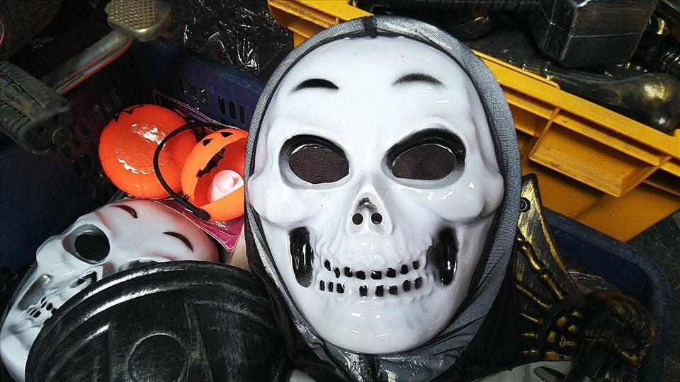 Các mặt hàng đồ chơi mang tính bạo lực, kinh dị được bày bán tràn lan.