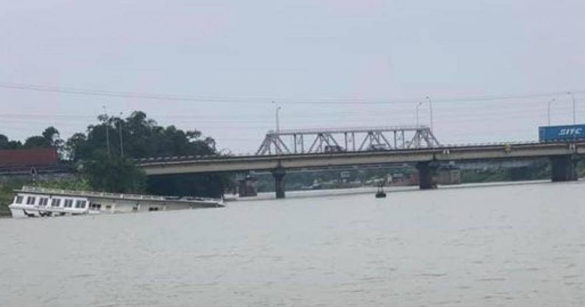 Tàu du lịch biển số Quảng Ninh tự chìm trên sông Thái Bình