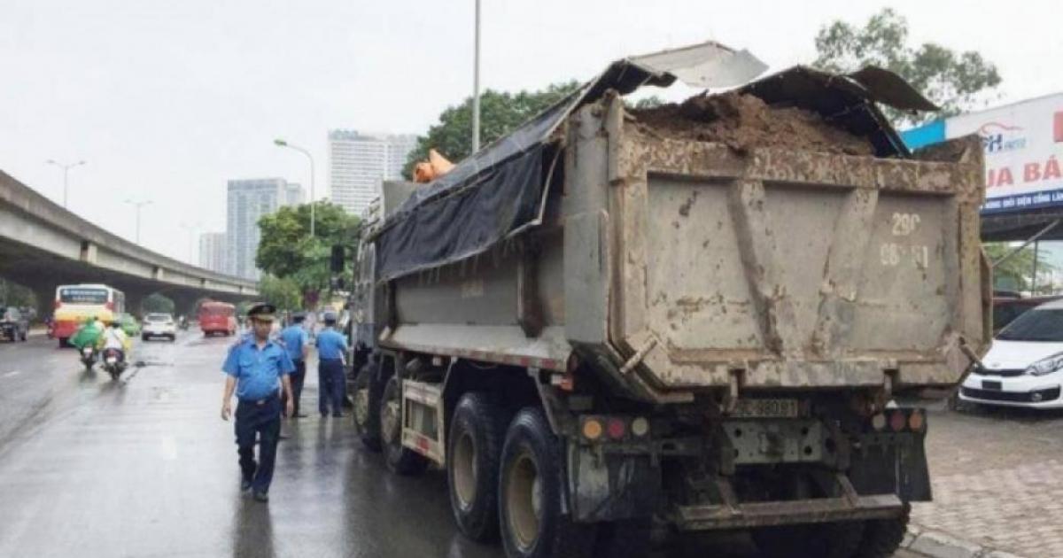 """Hà Nội: 1 tháng phạt gần 60 xe rơi vãi vật liệu tại """"điểm nóng"""" Nam Từ Liêm"""