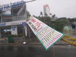 Bão số 12 đổ bộ, Khánh Hòa và Phú Yên cây cối gãy đổ khắp nơi