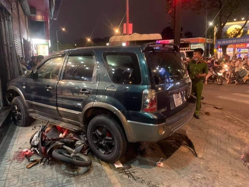 Ô tô đâm loạt xe máy giữa ngã tư Sài Gòn, nhiều người bị thương