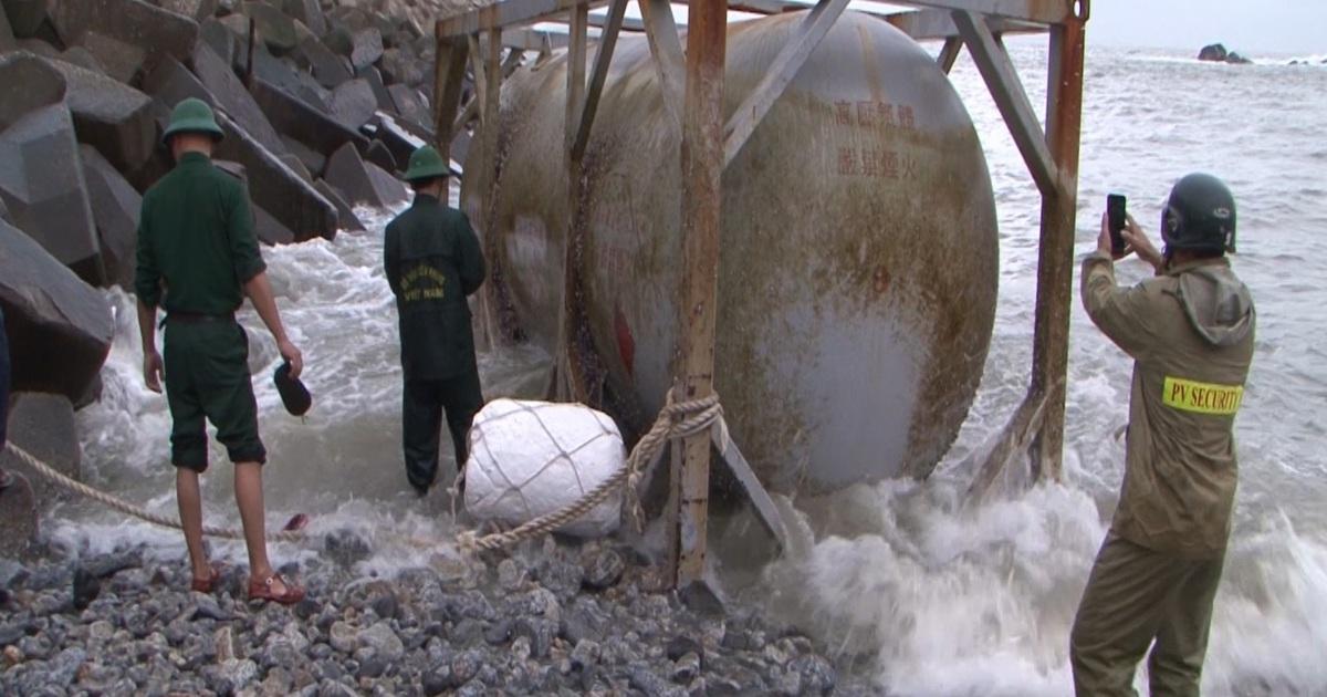 Lại phát hiện 2 bồn hóa chất in chữ Trung Quốc tại bờ biển Quảng Ngãi