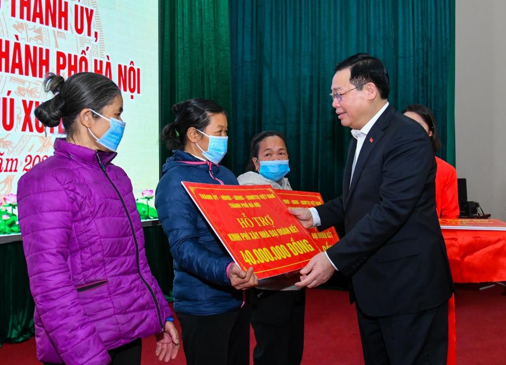 Bí thư Thành ủy Vương Đình Huệ trao kinh phí hỗ trợ xây dựng Nhà Đại đoàn kết cho các hộ dân có hoàn cảnh khó khăn trên địa bàn huyện Phú Xuyên