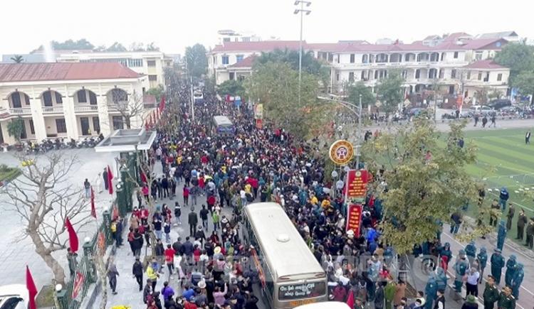 Hàng nghìn người dân huyện Quốc Oai đến tạm biệt người thân lên đường nhập ngũ
