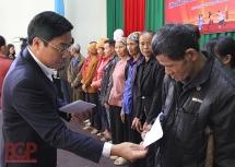 Chủ tịch tỉnh Bắc Giang thăm và tặng quà cho hộ nghèo, doanh nghiệp