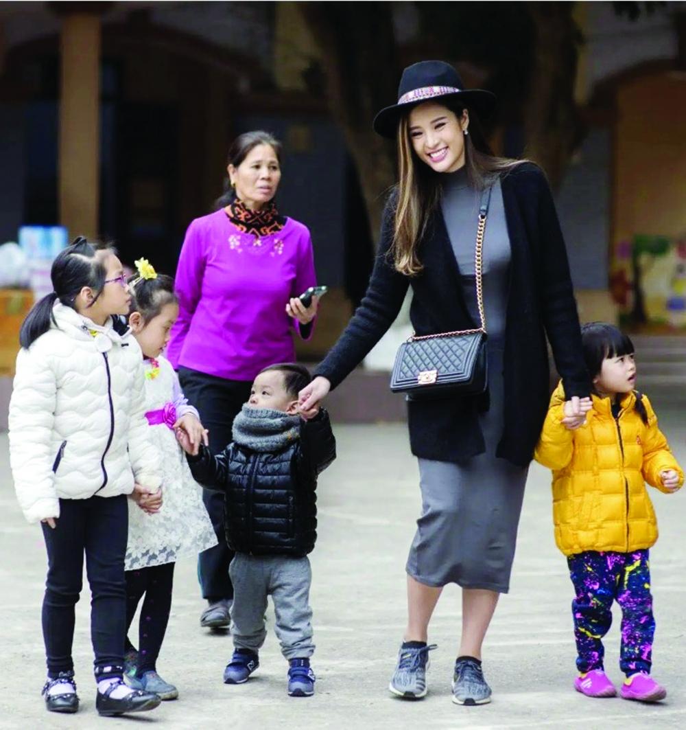 Hoa hậu Đông Nam Á Phan Hoàng Thu trong một chuyến thiện nguyện