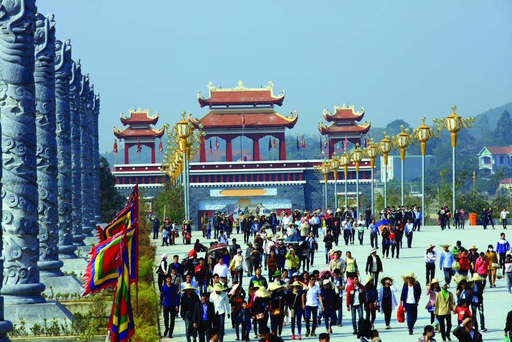 Du khách thả bước trên trục hành lễ trung tâm văn hóa lễ hội Tây Thiên