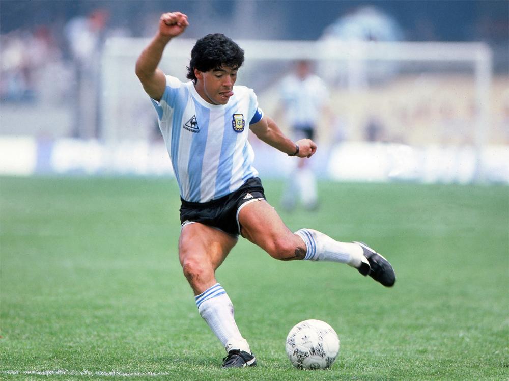 Trận tứ kết gặp Anh là nơi Maradona đi vào ngôi đền bất tử với 2 bàn thắng kinh điển: Bàn tay của Chúa đầy tranh cãi và pha solo qua 5 cầu thủ được gọi là bàn thắng thế kỷ